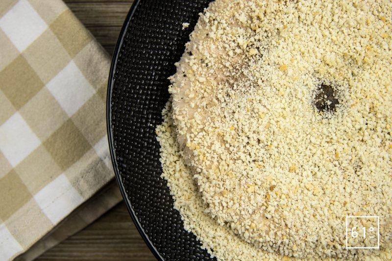 Recouvrir la coulemelle de chapelure de pain