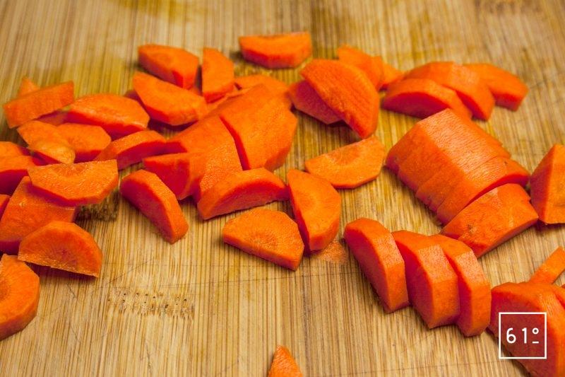 Découper les carottes en paysanne (en demi-rondelle)