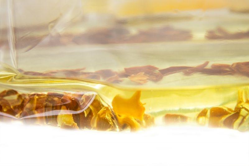 Infuser à chaud les piments dans l'huile