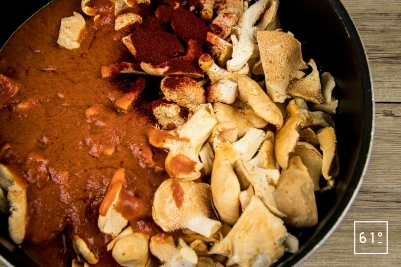Rassembler les ingrédients pieds de mouton coupés, sauce tomate épicée, paprika, vinaigre de riz, vin blanc...