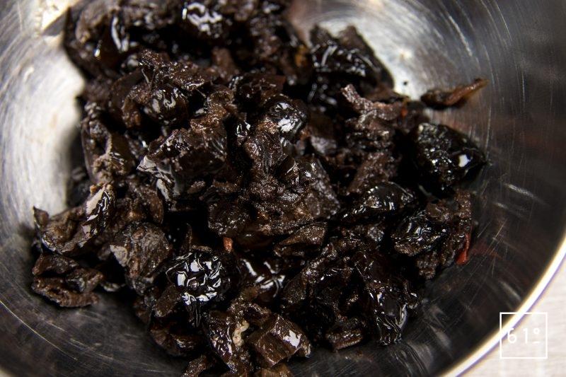 Ouvrir en deux les olives noires et dénoyauter