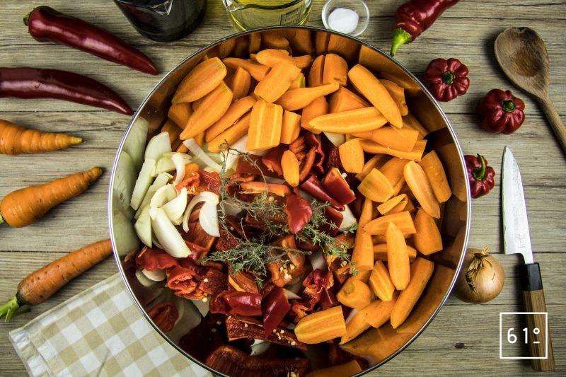 Préparer les légumes pour la sauce tomate