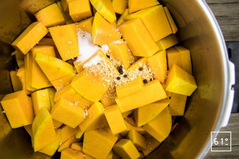 Ajouter les cubes de butternut, le lard fumé, le poivre, le bicarbonate