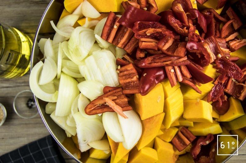 Découper le butternut,les oignons, les piments , le poivron, le lard