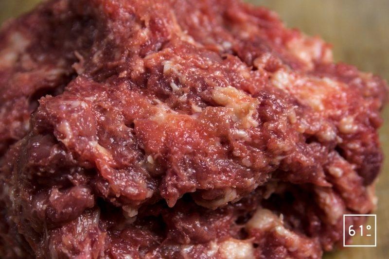 Mélanger le gras et la viande de canard hachée