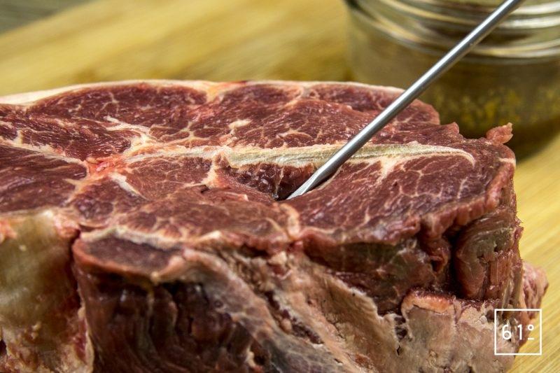 Paleron au shôyu kôji cuit sous vide à basse température - piquer à l'aide d'une aiguille à brider