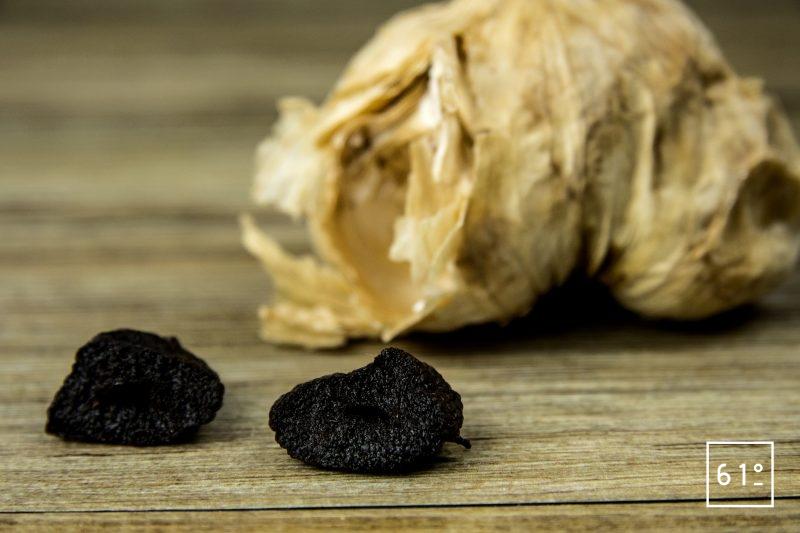 Gousse d'ail noir faite maison coupée en deux