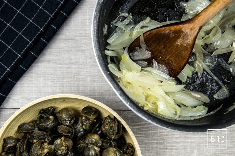 Escargots à l'italienne préparés à basse température sous vide-cuire les oignons émincés jusqu'à transparence