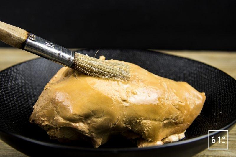 Foie gras mi-cuit au coteaux du Layon et whisky - badigeonner avec le mélange de vin et de sel