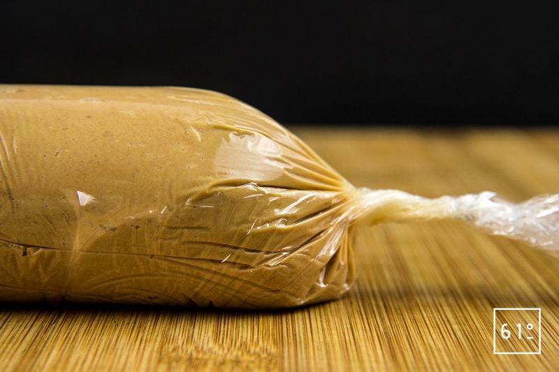 Foie gras mi-cuit au coteaux du Layon et whisky - Façonner un rouleau en refermant le cellophane