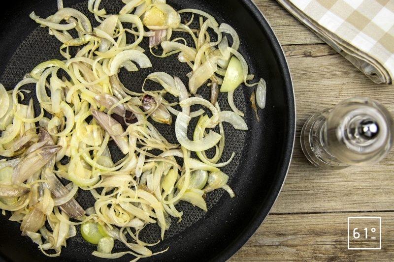 Lapin à la moutarde et au foie gras - cuire les oignons et échalotes