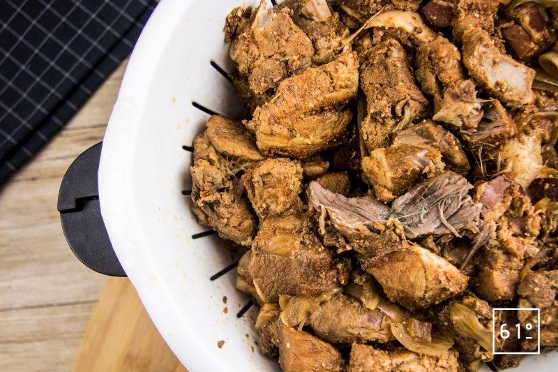 Rillettes de porc au Coteaux du Layon et paprika - filtrer et récupérer le jus et la viande séparément