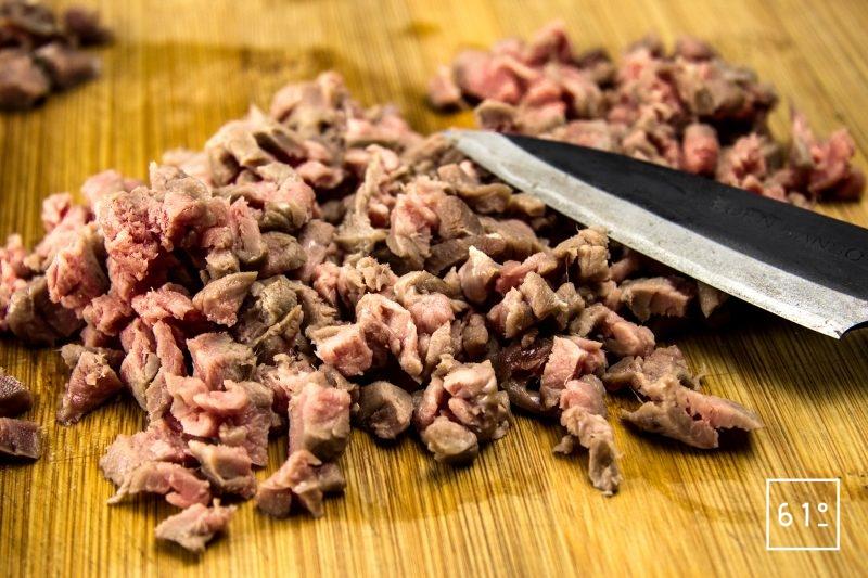 Tartare de bœuf et sa glace à l'échalote - couper le tartare au couteau