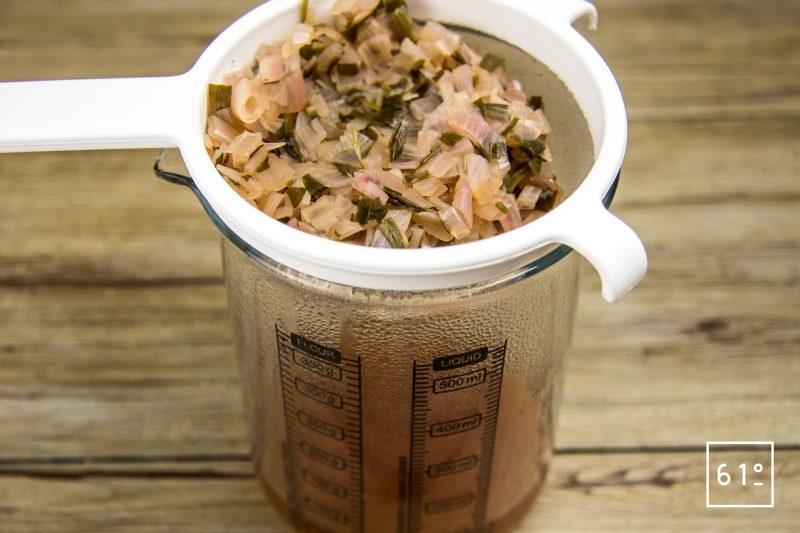 Tartare de bœuf et sa glace à l'échalote - filtrer la réduction à l'échalote