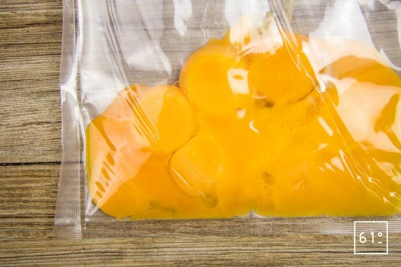 Tartare de bœuf et sa glace à l'échalote - mettre sous vide les jaune d'œuf