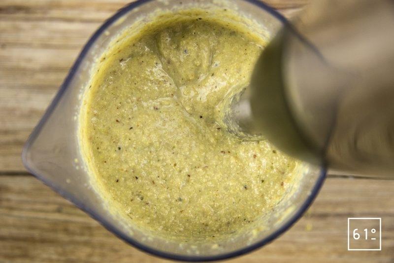 Moutarde à l'estragon - Mixer les graines de moutarde jaune, le vinaigre, et les épices