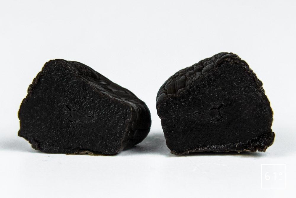 Gousse d'ail noir coupée en deux