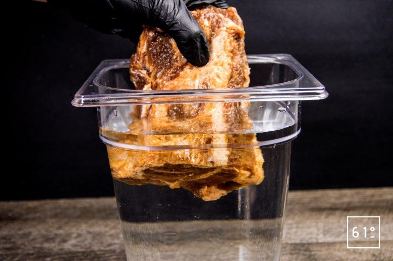 Coppa au paprika - rincer la coppa dans l'eau claire pour enlever le surplus de sel
