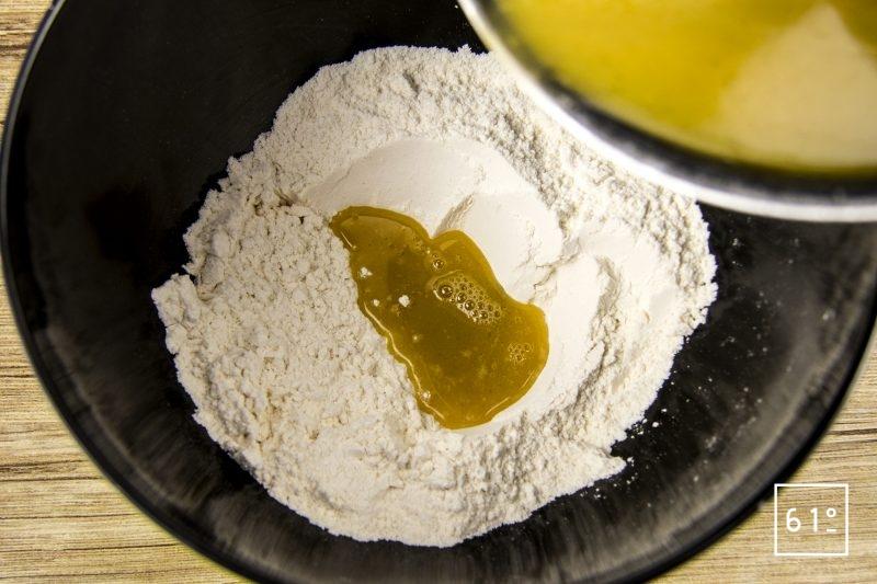 Pain d'épices à la main de Alcool de main de Bouddha- ajouter le mélange d'épices et de beurre