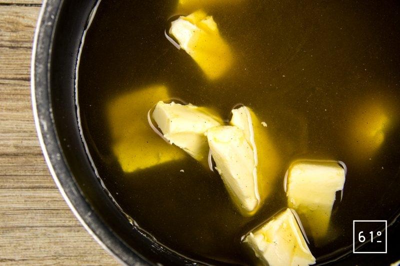 Pain d'épices à la main de Alcool de main de Bouddha- ajouter le beurre au mélange d'épices et de sucre