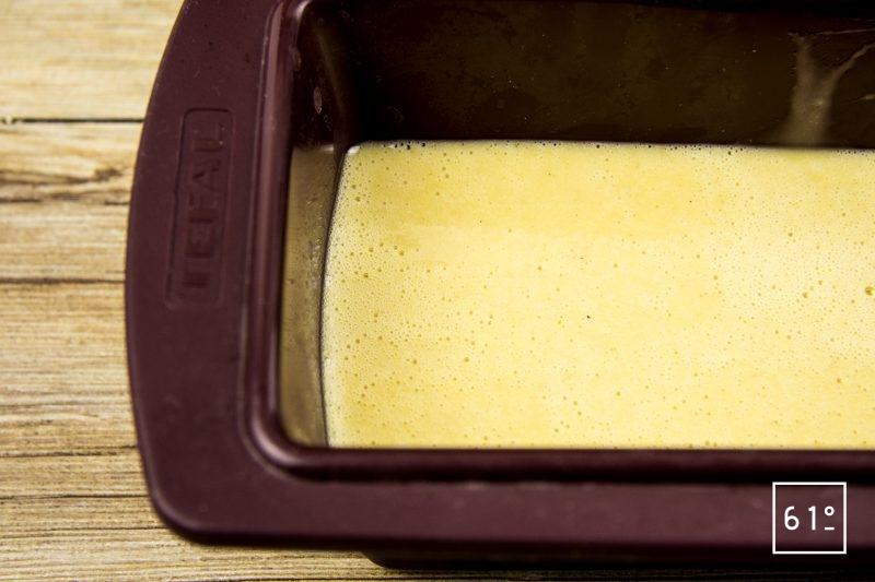Pain d'épices à la main de Bouddha - Verser la pâte de pain d'épices dans un moule