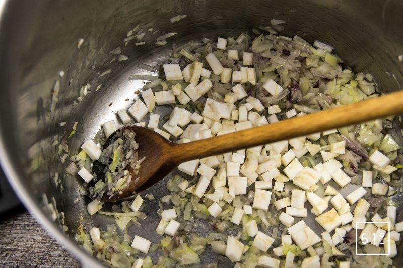 Bouillon de champignons - saisir les morceaux de céleri
