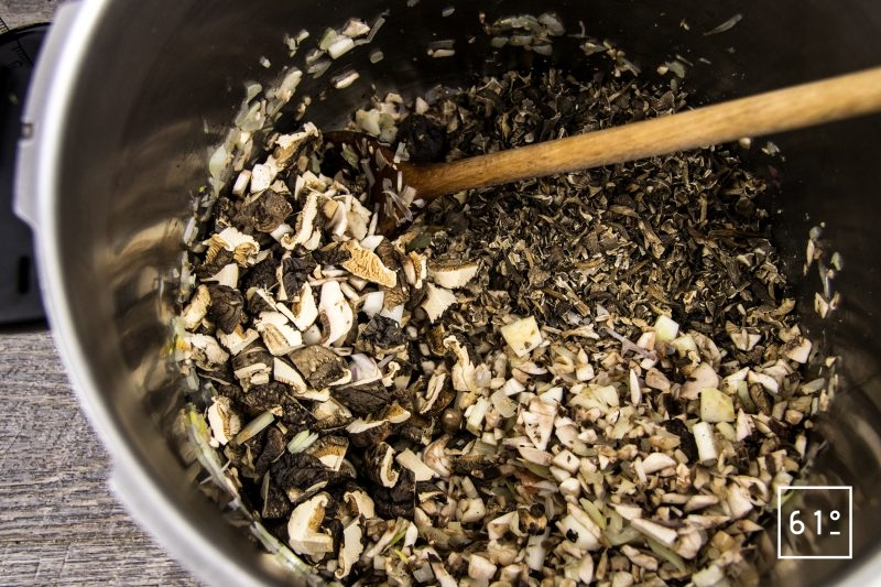 Bouillon de champignons - ajouter les champignons