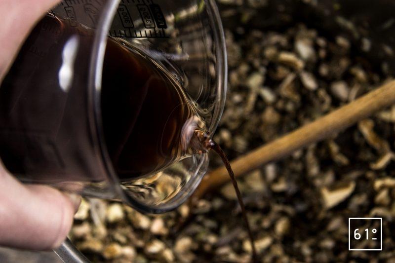 Bouillon de champignons - ajouter le vin rouge, le vinaigre...