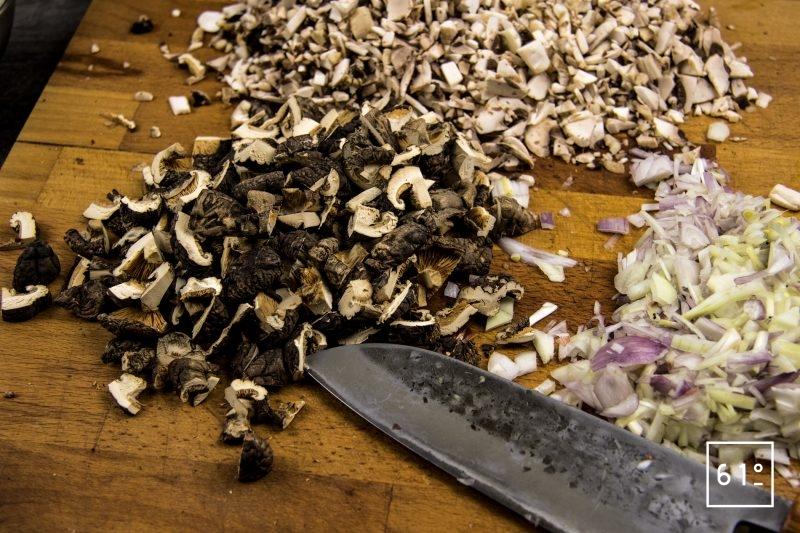 Bouillon de champignons - couper finement les échalotes, les oignons, le céleri, les champignons