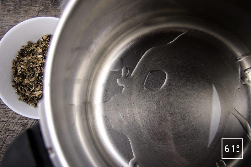 Bouillon de champignons - chauffer l'huile