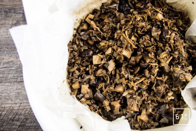 Bouillon de champignons - filtrer à l'aide de papier absorbant