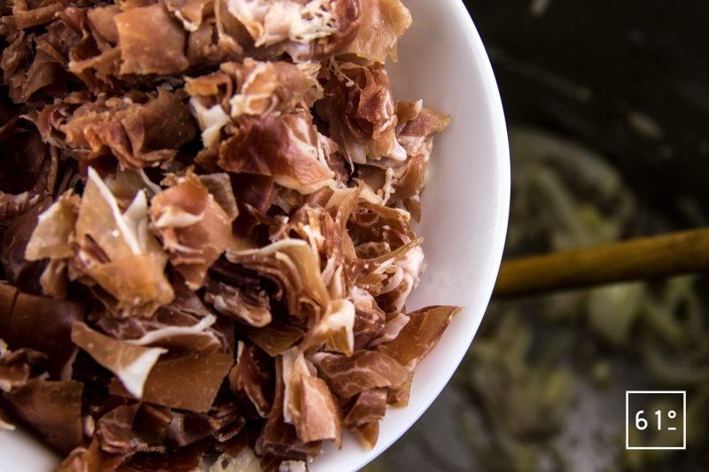 Bouillon de jambon gélifié préparé sous pression - ajouter les jambons