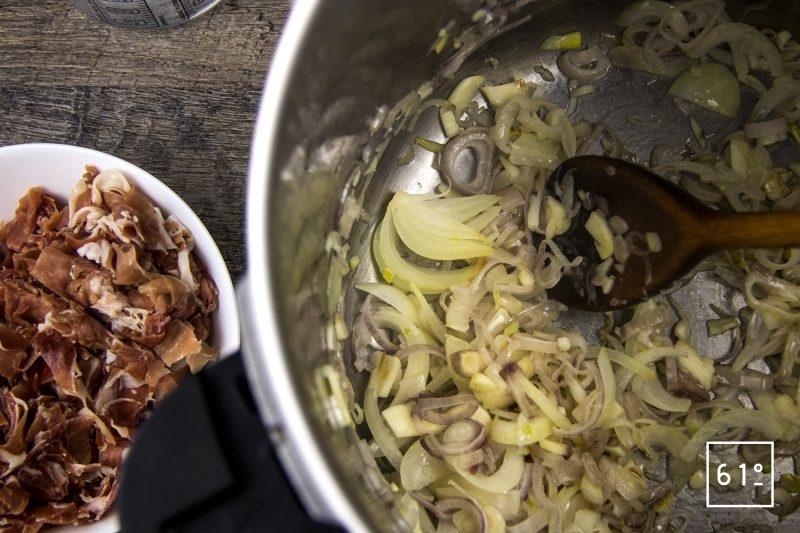 Bouillon de jambon gélifié préparé sous pression - cuire les oignons et les échalotes