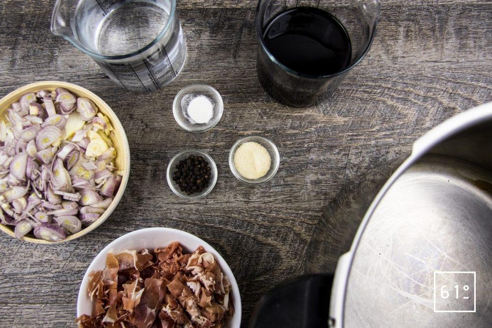 Comment préparer un fond, un bouillon, un fumet sous pression - préparer les ingrédients en les coupant finement