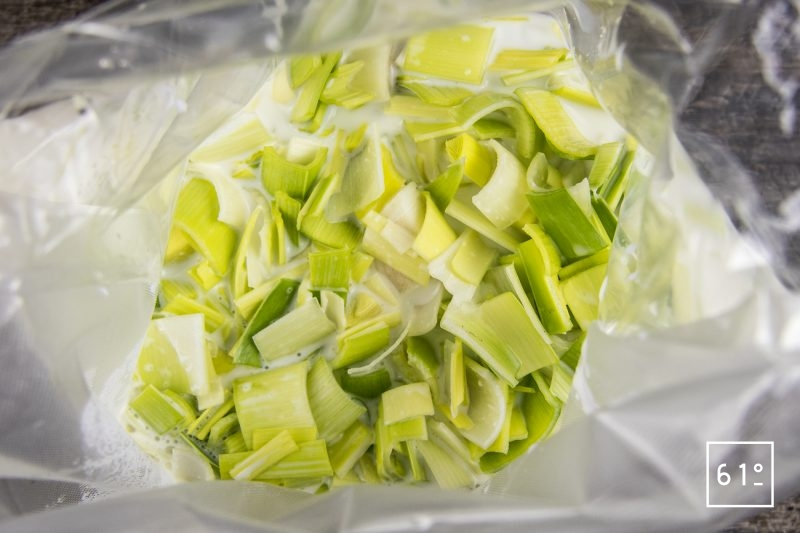 Crème de poireaux - rassembler les morceaux de poireaux et le lait dans un sac pour la cuisson sous vide