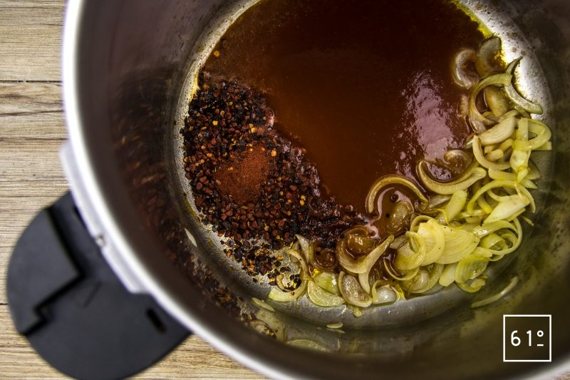 Daube à la tomate basse température - ajouter la sauce tomate, les épices aux oignons