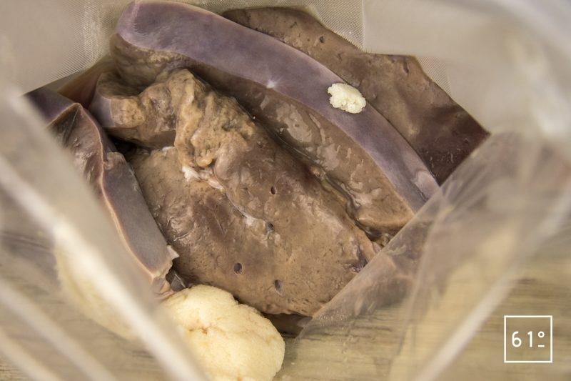 Foie de veau à basse température 62 °C - mettre les tranches de foie de veau sous vide avec la graisse