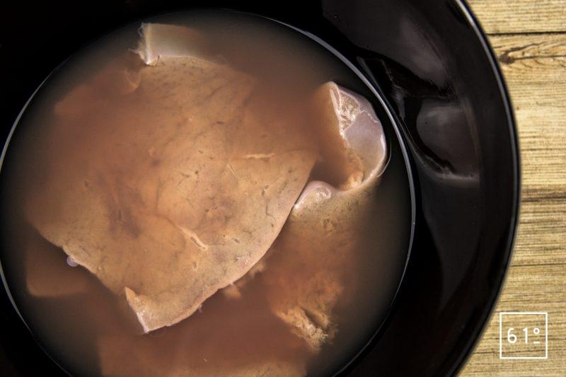 Foie de veau à basse température 62 °C - tremper les tranches de foie de veau dans l'eau plusieurs heures