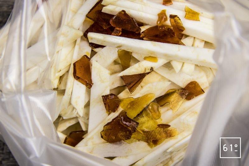 Mousseline de céleri rave - mettre sous vide les tranches de céleri et le caramel