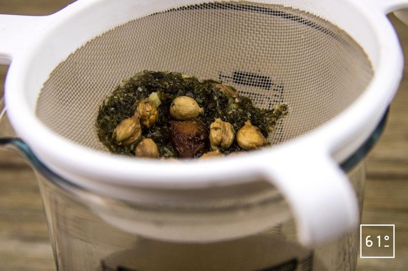 Noix de St Jacques à la cardamone et aux poireaux - filtrer l'infusion de cardamone