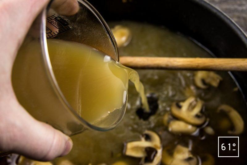 Rôti à l'ail noir à basse température - ajouter le bouillon