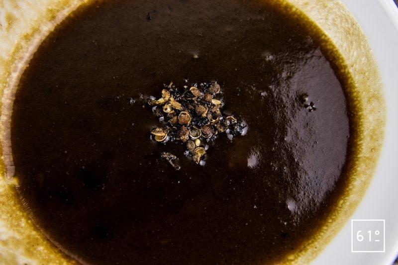 Rôti à l'ail noir à basse température - ajouter le poivre à la réduction de sauce