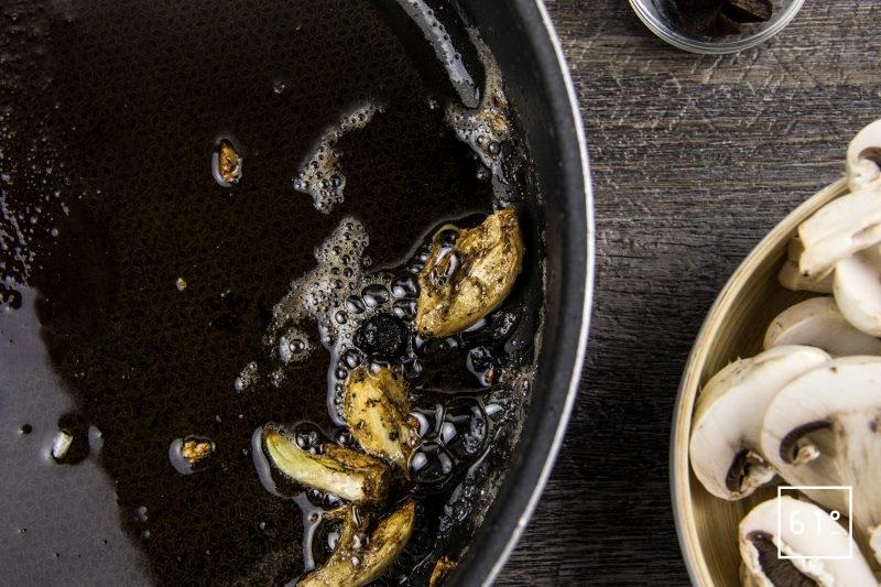 Rôti à l'ail noir à basse température - saisir l'ail et l'ail noir