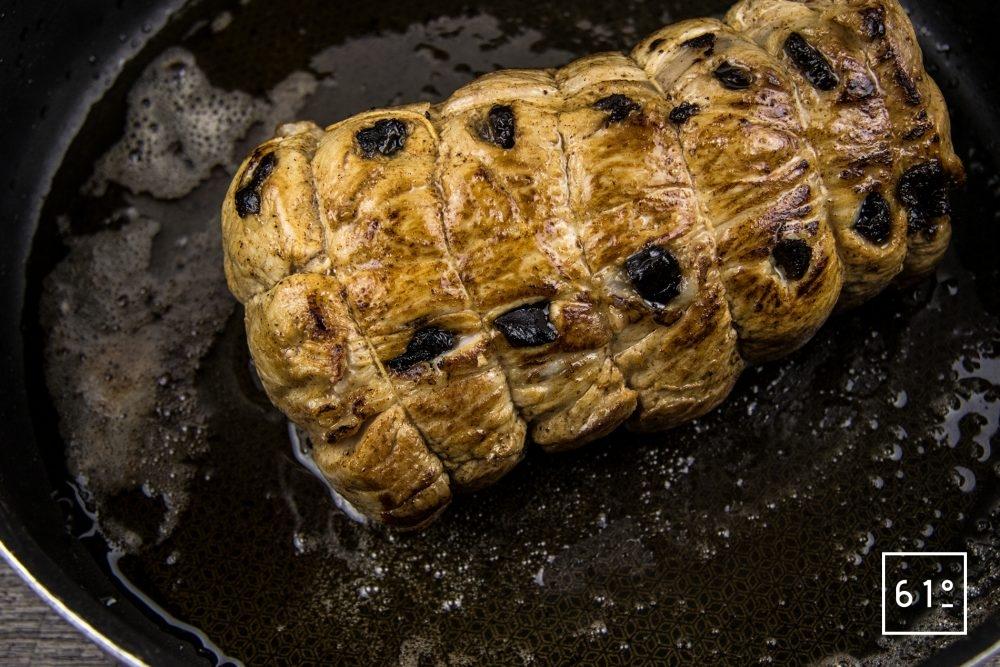 Rôti à l'ail noir à basse température - saisir le rôti