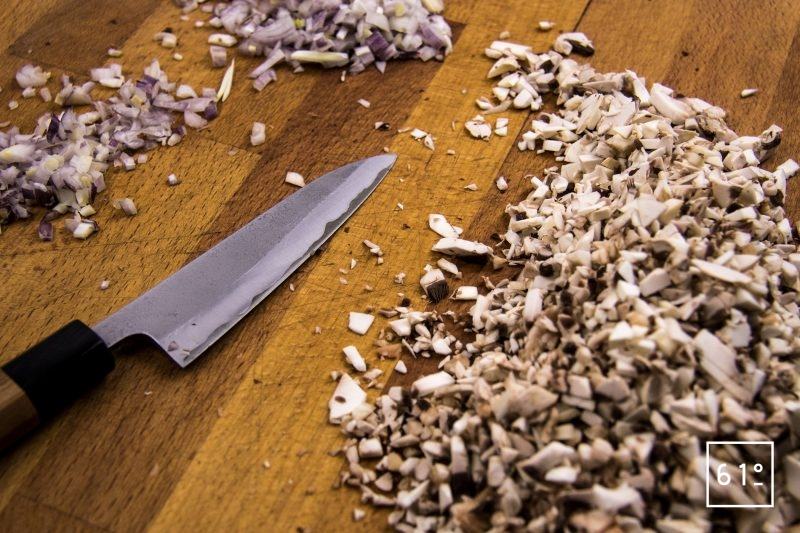 Sauce aux champignons - couper les champignons et les échalotes en morceaux