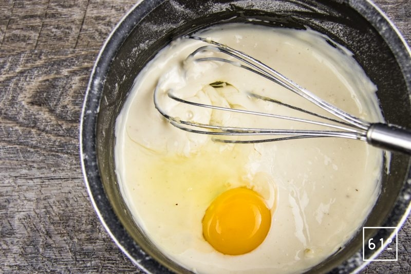 Soufflé aux fromages - incorporer les jaunes d'œuf