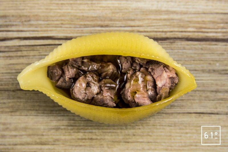 Conchiglionis farcis à la hampe et au foie gras - déposer la farce de hampe au centre