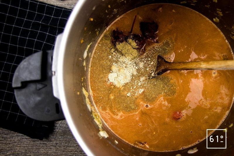 homard à l'américaine - ajouter les ingrédients