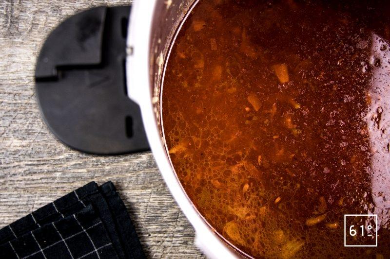 homard à l'américaine - cuire le fumet à l'autocuiseur juste en dessous du point de mise sous pression 45 minutes