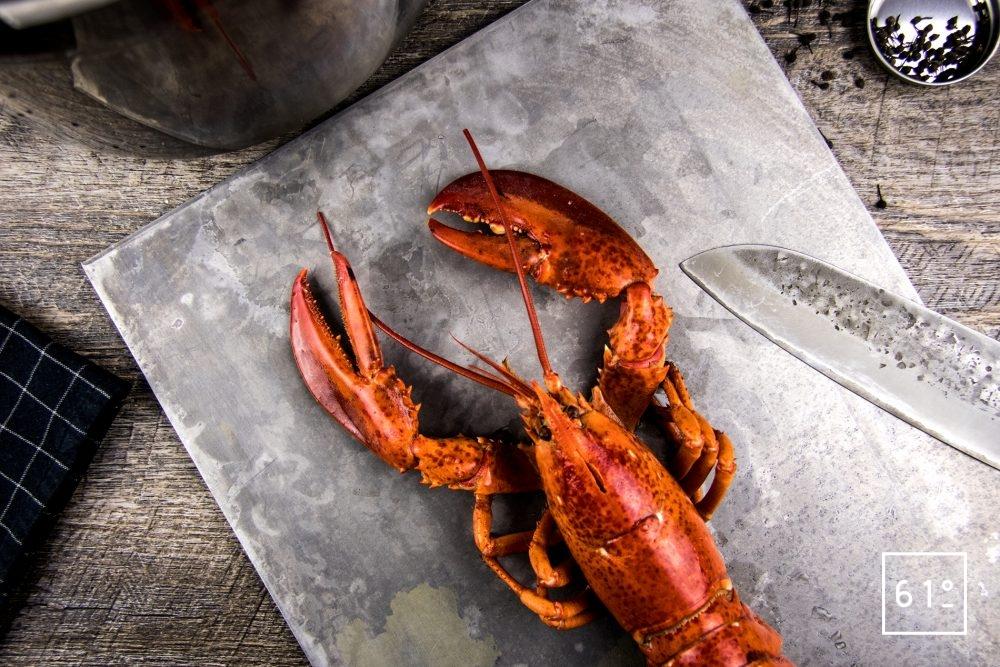 homard à l'américaine - tuer les homards et les cuire dans l'eau bouillante